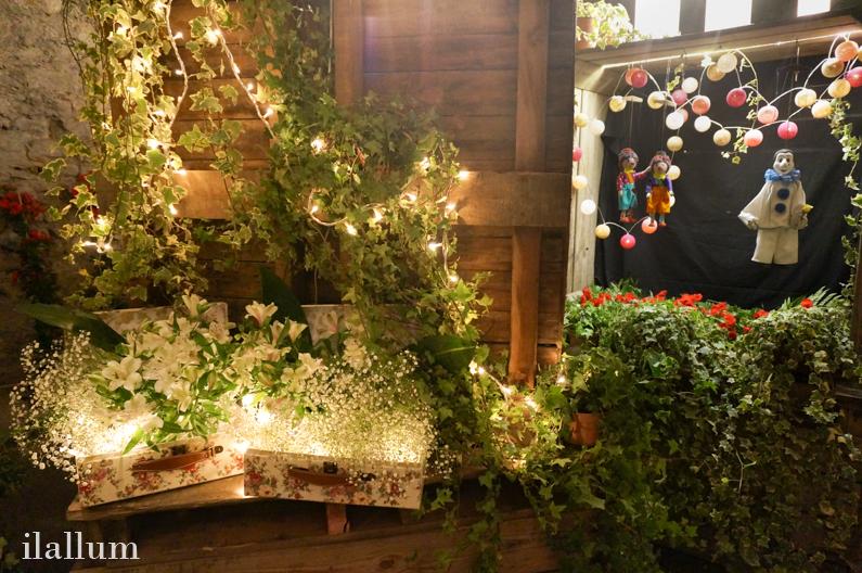 iluminación de evento, marionetas y flores