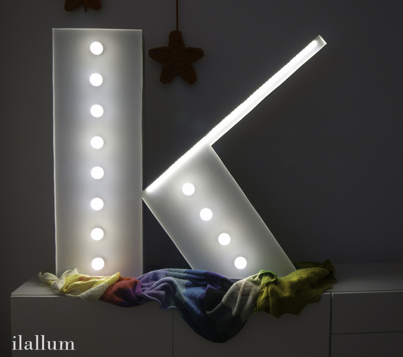 letra k luminosa con bombillas