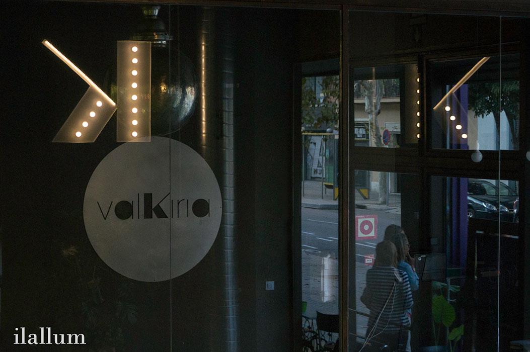 reflejo de la K luminosa de valkiria en la puerta