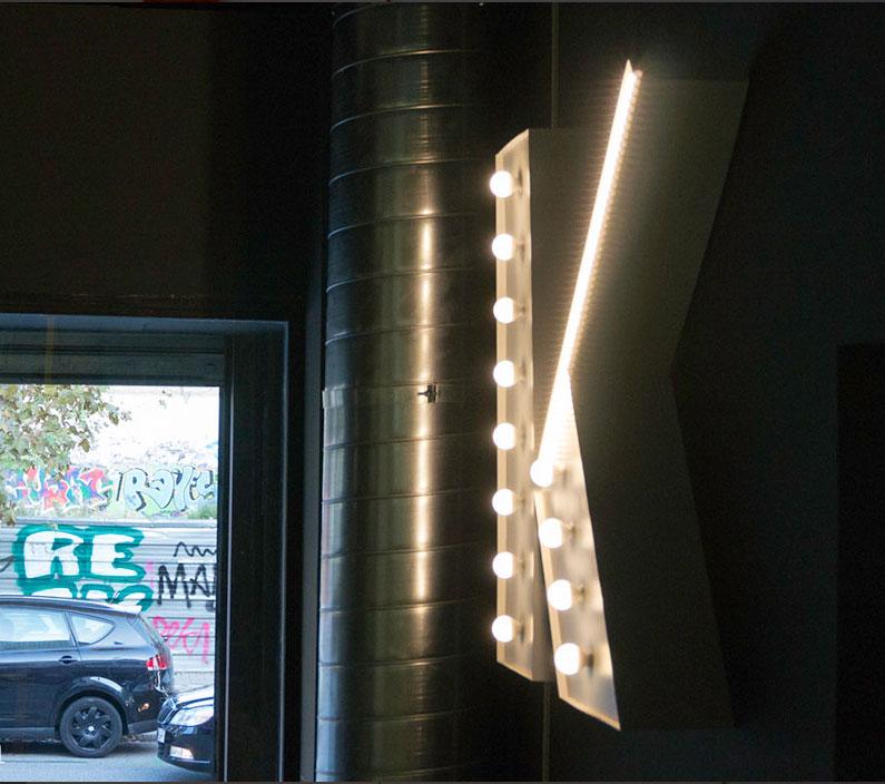 letra k luminosa con bombillas en valkiria