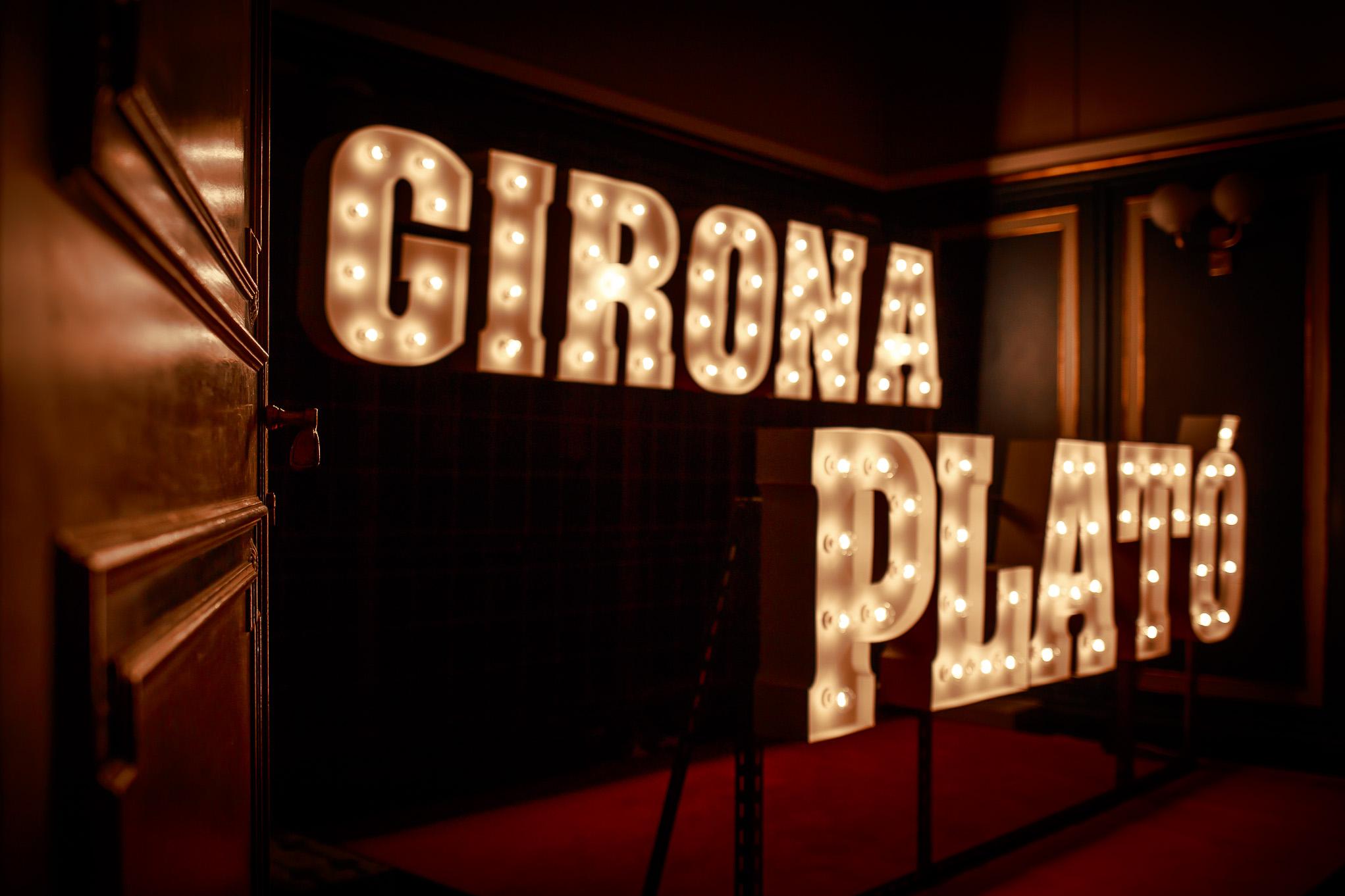 letras-luminosas-exposicion-Girona-Plato